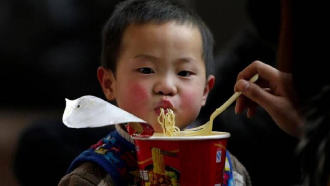 บะหมี่กึ่งสำเร็จรูปภัยร้ายเด็กเอเชีย