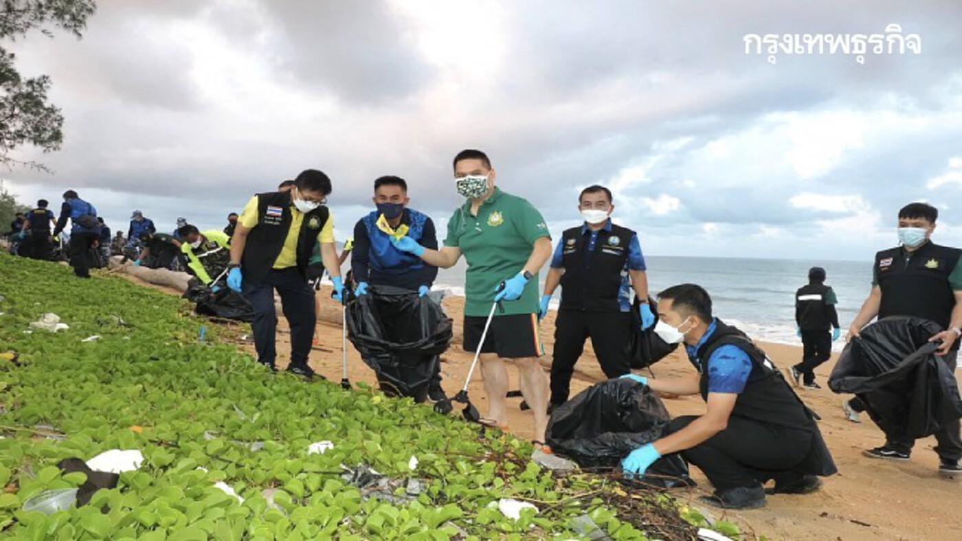 ลุย! เก็บขยะชายหาดไม้ขาว เตรียมรับการท่องเที่ยว Phuket Sandbox วันนี้