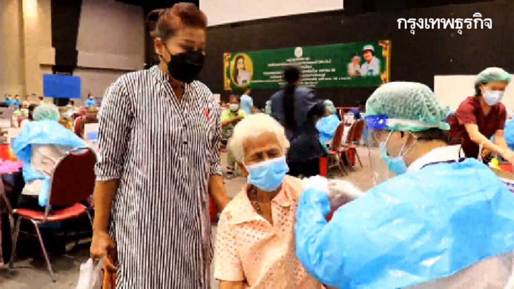 ชื่นมื่น! ลูกพาแม่ฉีด 'วัคซีนพระราชทาน' โครงการวันแม่