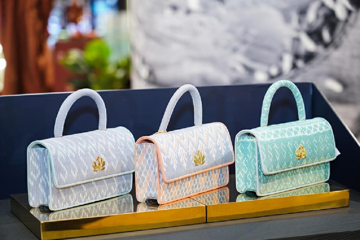 กระเป๋าทรงออกแบบจากผ้าไหม SIRIVANNAVARI BANGKOK