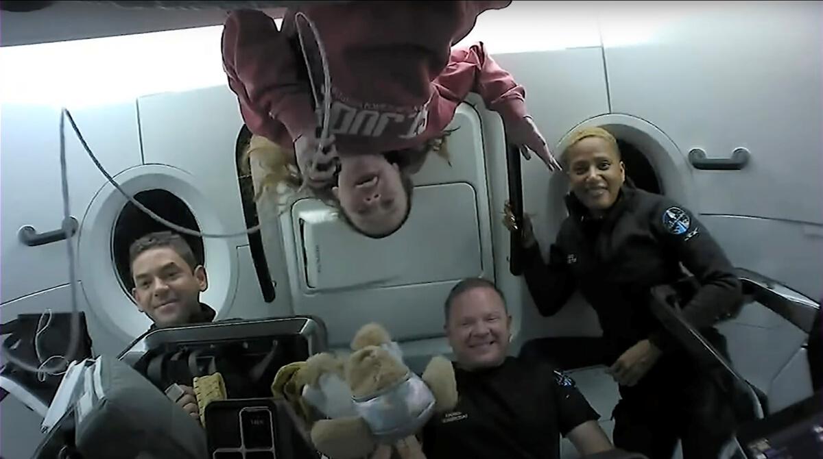 """ภารกิจ """"SpaceX"""" พาคนชุดแรกท่องอวกาศ เดินทางกลับสู่โลกสำเร็จ"""