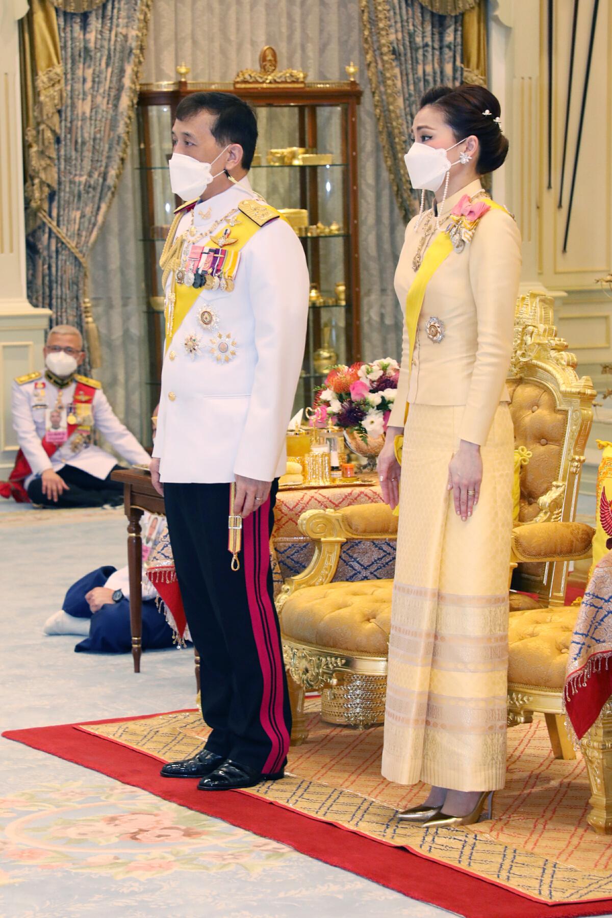 """""""ในหลวง-ราชินี"""" พระราชทานพระบรมราชวโรกาสให้คณะบุคคลเฝ้าฯ"""