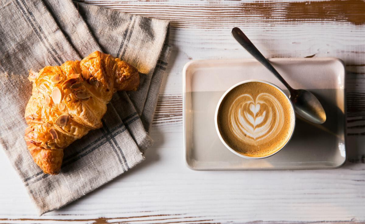 กาแฟใส่นมจากพืช เป็นอีกทางเลือกของกลุ่มคนรักสุขภาพ / ภาพ : Umit Okan on Unsplash