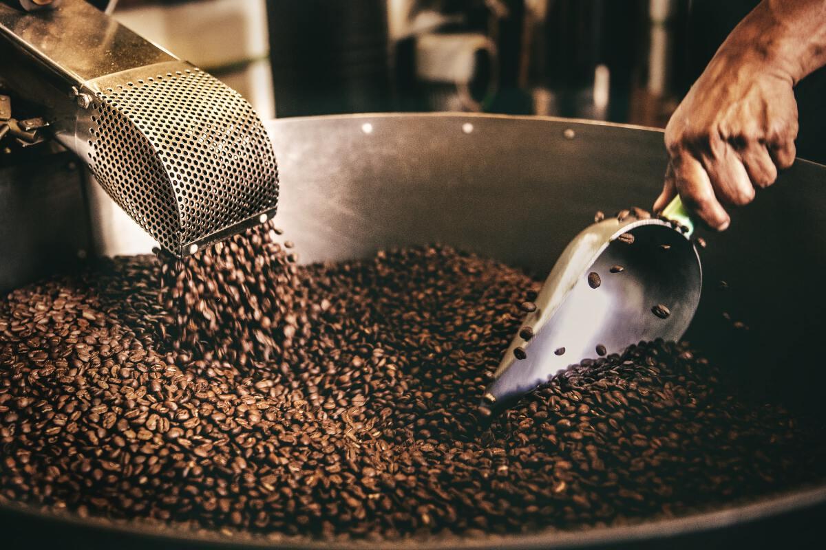 การใส่เนยซึ่งเป็นผลิตภัณฑ์จากสัตว์ลงไประหว่างการคั่ว กาแฟนั้นก็ไม่นับเป็นเจ / ภาพ : Tim Mossholder on Unsplash