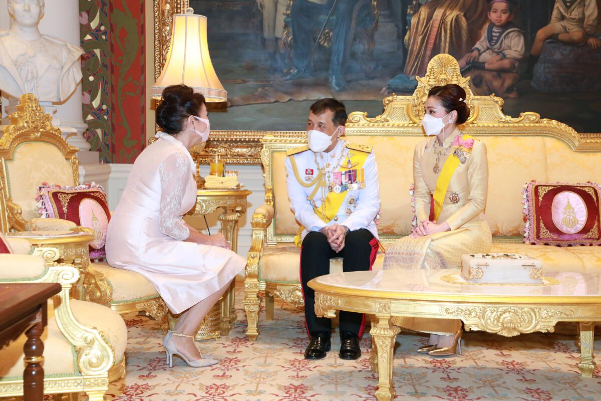 """""""ในหลวง-ราชินี"""" พระราชทานพระบรมราชวโรกาสให้ ทูตต่างประเทศเฝ้าฯ กราบบังคมทูลลา ในโอกาสที่จะพ้นจากหน้าที่"""