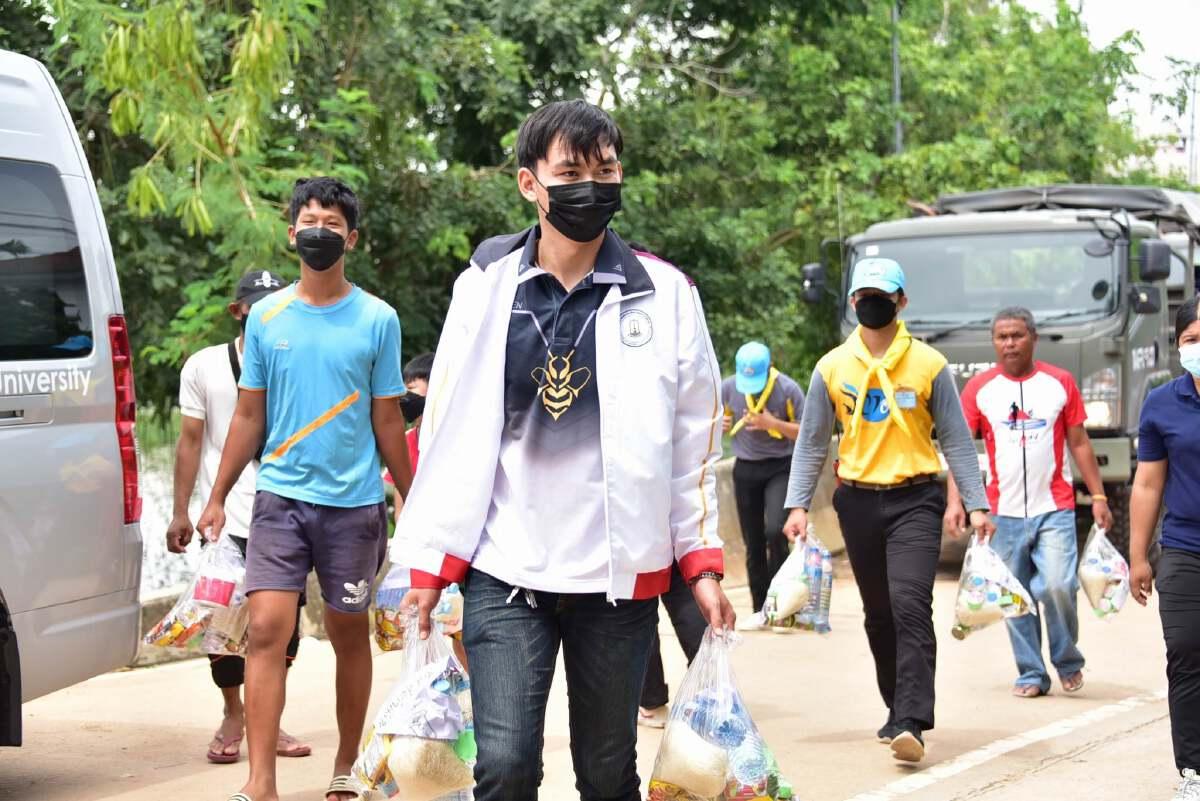 ลุยเยี่ยมผู้ประสบภัยน้ำท่วม มอบถุงยังชีพช่วยเหลือปชช.พื้นที่มหาสารคาม