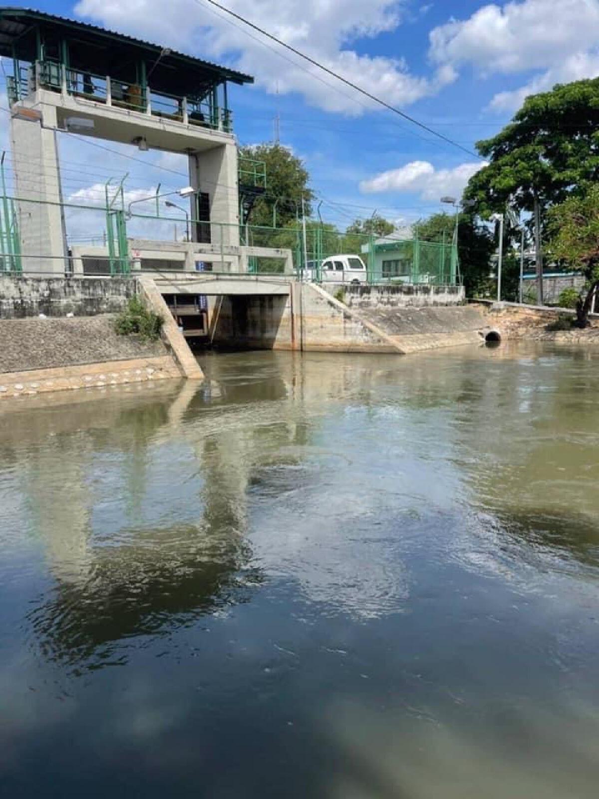 เกาะติดน้ำท่วม กทม.เปิดประตูระบายน้ำฝั่งตะวันออก รับมวลน้ำจากปทุมฯ เข้ากรุงเทพฯ