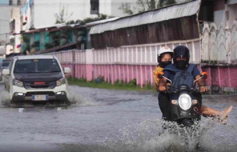 """""""เตี้ยนหมู่"""" ถล่มศรีสะเกษ ฝนตกไม่หยุด-น้ำท่วมขังถนนเป็นทะเล เช็คสภาพอากาศ"""