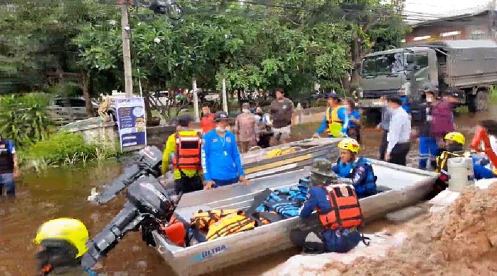 อ่วม! มหาสารคาม น้ำยังขึ้นเรื่อยๆ ชาวบ้านเร่งขนของขึ้นเรือหนีหน้ำ