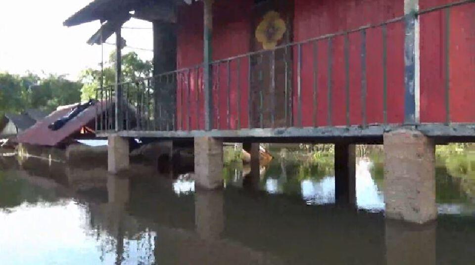 """มวลน้ำชุดแรกจาก โคราช ถึง อุบลฯ แล้ว """"แม่น้ำมูล"""" กลับมาล้นตลิ่งท่วมชุมชนอีกครั้ง"""