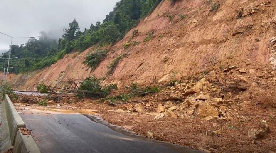 ระนอง ฝนตกทั้งคืน ดินภูเขาถล่มปิดเส้นทางสายหลัก-เสาไฟฟ้าล้ม