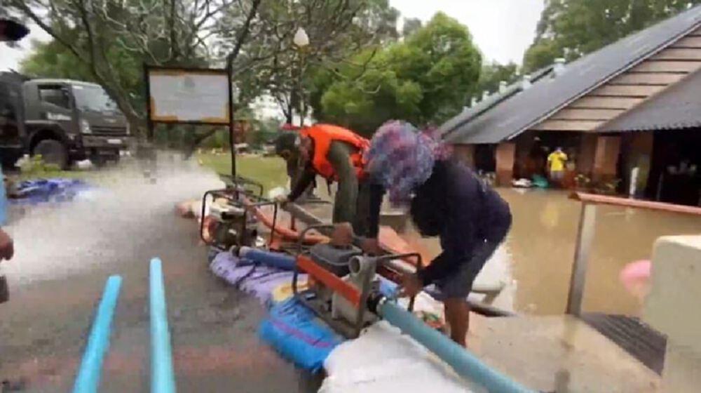 อ่วม! น้ำท่วมทางรถไฟ ปิดทางสถานีกุดจิก วัดพระนอน น้ำสูงขึ้น เร่งดันน้ำออก