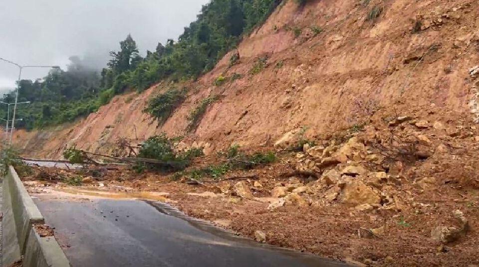 ระนอง ปิดถนนสายหลัก หลังดินภูเขาหลายจุดยังถล่มทับทาง