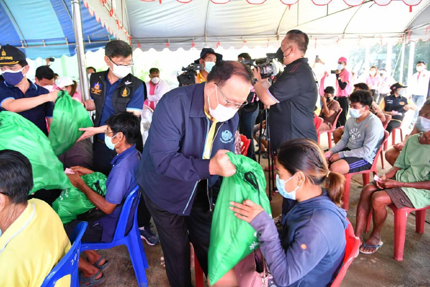 คลังมอบถุงยังชีพแก่ผู้ประสบภัยน้ำท่วมพื้นที่อ่างทอง