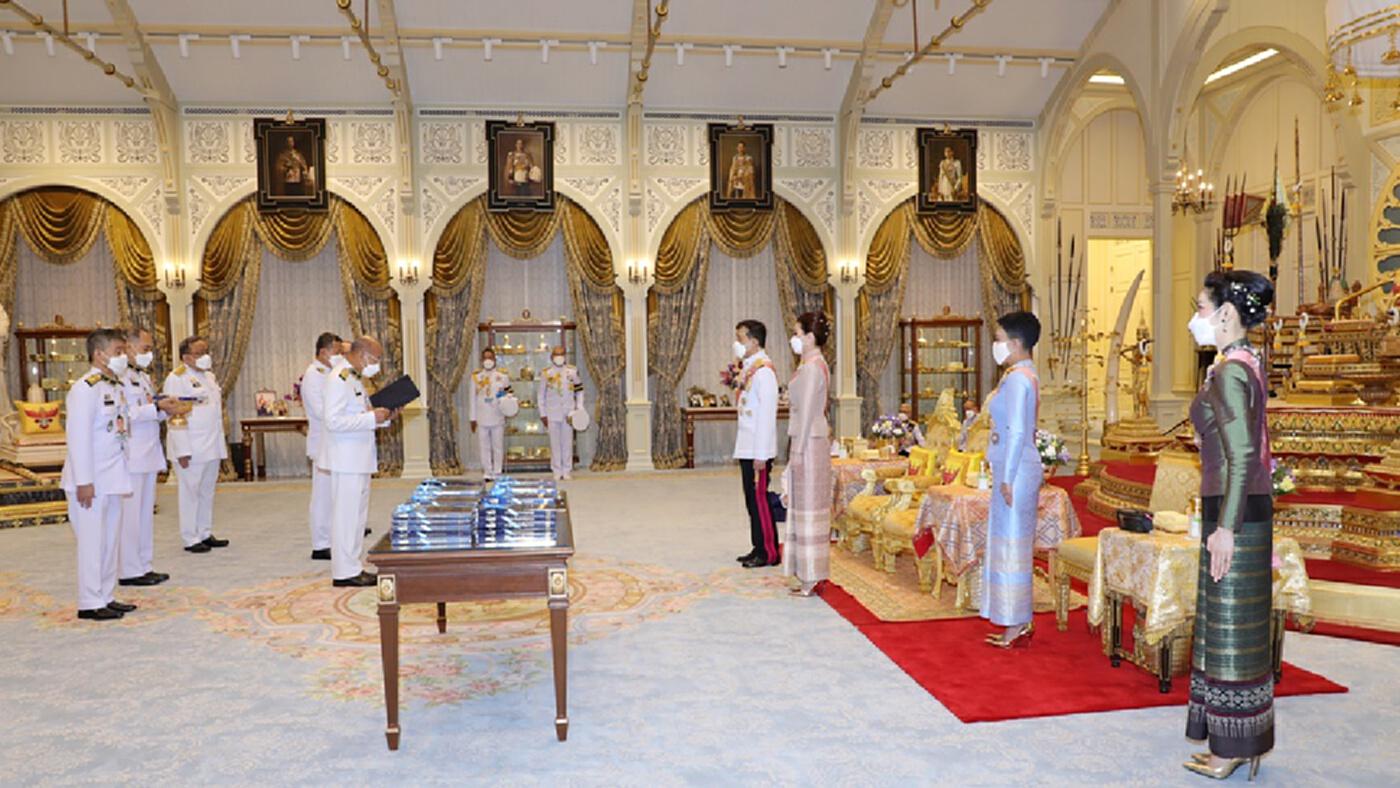 """""""ในหลวง"""" พระราชทานพระบรมราชวโรกาสให้คณะบุคคล น้อมเกล้าฯ ถวายหนังสือสารานุกรมไทยสำหรับเยาวชน"""
